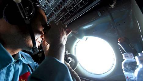 Vietnamin aluevesillä etsittiin koneen hylkyä torstaina.