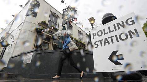 Äänestyspäivää Lontoossa on haitannut surkea sää.