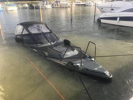 Hjallis Harkimon Jethro Rostedtille lähes uutena myymä vene upposi Turussa 13. elokuuta tuntemattomasta syystä.