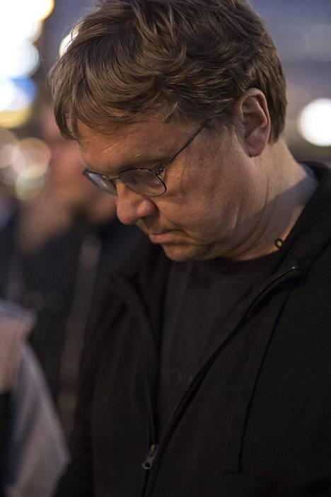Pekka Sauri sytytti kynttilän Jimin muistolle.