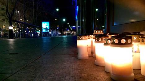 Kynttilöitä murhapaikalla Vaasan Hovioikeudenpuistikolla viime vuoden lokakuussa.