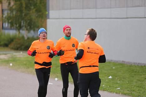 Juha Nurmelaa (sinipipoinen) ja Juuso Ala-Tuuhosta (punapipoinen) opastaa Ferrix Hovi.