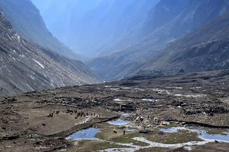 Viranomaiset ja Nepalin armeija tarkastivat aluetta Langtangin kylässä Himalajan vuoriston lähistöllä.