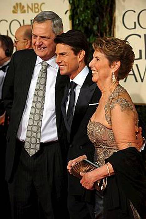 Kuin kaksi nenää! Tom Cruise vei Golden Globe -gaalaan äitinsä Mary Leen ja appiukkonsa Martinin.