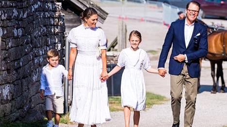 Kruununprinsessa Victoria, prinssi Daniel sekä prinsessa Estelle ja prinssi Oscar saapuivat Borgholmin linnaan hevoskärryllä.