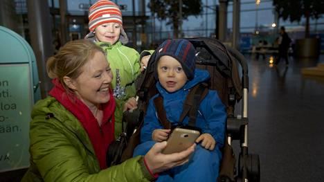 """Maija Sinisalo kertoo pyrkineensä rajoittamaan omaa somen käyttöään. Pojat Jimi ja Jooa ovat kiinnostuneet """"lehmäpelistä""""."""