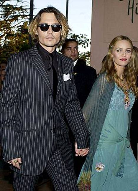 Johnny Depp taluttaa alttarille lastensa äidin Vanessa Paradis´n.