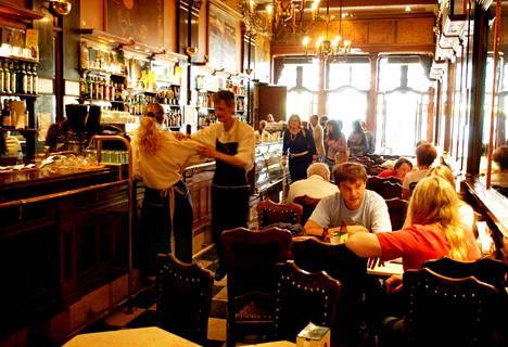 1900-luvun alussa avattu Café A Brasileira on Lissabonin kuuluisimpia vanhoja kahviloita. Ennen se oli taiteilijoiden ja kirjailijoiden kantapaikka.