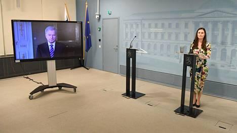 Pääministeri Sanna Marin esitteli kriisinkestävyyttä lujittavaa Suomi toimii -kampanjaa Helsingissä 17. huhtikuuta 2020. Tasavallan presidentti osallistui tilaisuuteen etäyhteydellä.