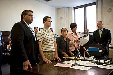 Ray Clark (toinen vas.) esiintyi tyynenä oikeuden edessä, kun hänelle lueteltiin hänen oikeutensa.