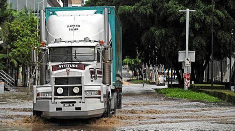 Asennetta - kirjaimellisesti. Attitude-tekstillä varustettu rekka puski lainehtivaa katua pitkin Brisbanessa keskiviikkona.