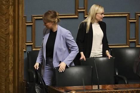 Keskustan ja vihreiden julkisuuteen tuomat puheenvuorot vievät toisinaan eri suuntiin. Keskustan puheenjohtaja ja silloinen valtiovarainministeri Katri Kulmuni (vas) ja Maria Ohisalo kuvattiin helmikuussa kyselytunnilla.