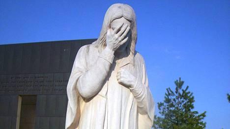 """Tämä """"And Jesus Wept"""" -patsas löytyy Oklahoma Citystä Yhdysvalloista."""