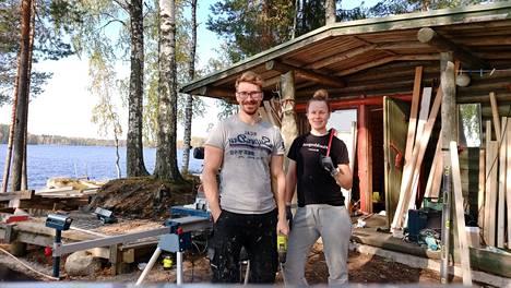 Anni ja Harri Hiekkasen mökkiunelma toteutui viime keväänä. Vanhan mökin remontointi on vaatinut ympäripyöreitä päiviä, mutta pariskuntaa ei väsytä. Pariskunta rakastaa remontointia.