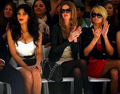Ennen oli mukavaa. Paris ja Kim Tracy Reesen muotinäytöksessä helmikuussa. Kuvassa myös Parisin sisko Nicky (keskellä).