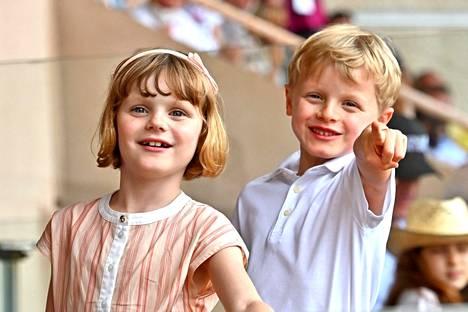 Charlele ikävoi 6-vuotiaita kaksosiaan Jacquesia ja Gabriellaa.