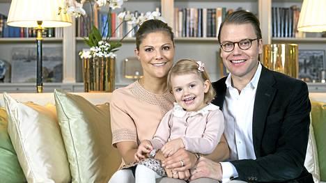 Ruotsin kruununprinsessa Victoria, hänen puolisonsa prinssi Daniel ja pariskunnan tytär prinsessa Estelle asuvat Hagan linnassa.
