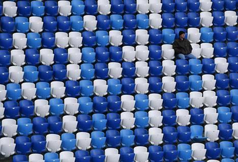 Yksinäinen mieskatsoja testasi 35 000-paikkaisen stadionin upouusia tuoleja huhtikuussa 2018.