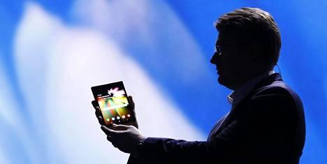 Samsungin markkinointijohtaja Justin Denison esitteli marraskuun alussa suojakuoriin peitettyä taipuisaa puhelinta pimennetyllä lavalla.
