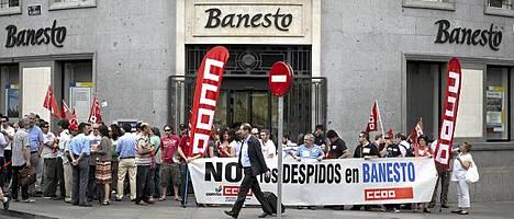 Espanjalaispankki Baneston konttorin eteen oli kokoontunut ihmisiä osoittamaan mieltään Madridissa perjantaina.