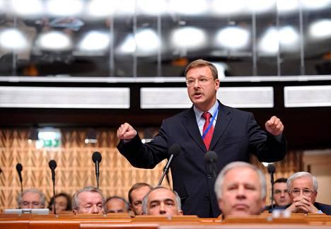 Venäjän parlamentin ylähuoneessa istuva Konstantin Kosatshev kuuluu nykyisin Venäjän vaikutusvaltaisimpiin poliitikoihin. Hänellä on paljon kansainvälisiä yhteyksiä.