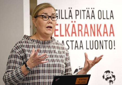 WWF Suomen pääsihteeri Liisa Rohweder esitteli WWF:n luonnon monimuotoisuutta seuraavan Living Planet -raportin tuloksia Helsingissä.