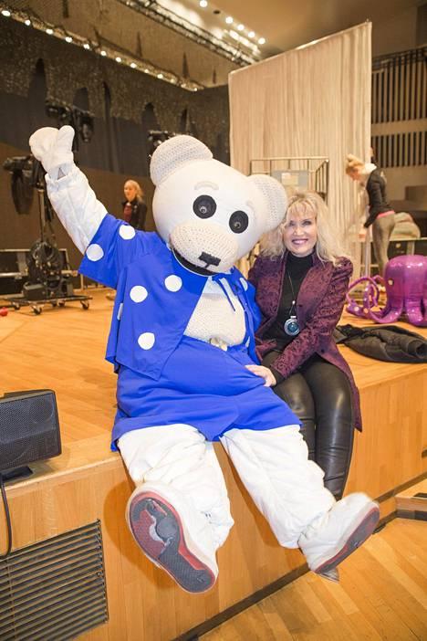 Riitta Korpela iloitsi Ti-Ti Nallen kanssa ennen viime joulukuun Helsingin konserttia.