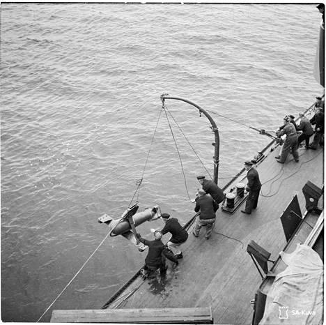 Laivan sivulla uivaa paravaania eli miinanraivanta lasketaan mereen Utön edustalla 13.9.1941 juuri ennen kohtalokkaan operaation alkua.