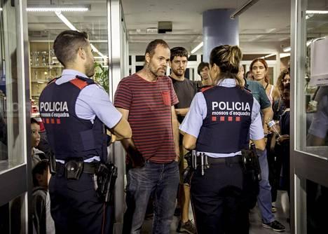 Poliisi kävi perjantaina Barcelonassa sijaitsevalla koululla muistuttamassa, että rakennuksen on oltava suljettu sunnuntaiaamusta kello 6 alkaen.