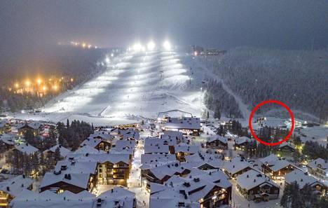 Levin hiihtokeskuksen välittömässä läheisyydessä sijaitseva huoltohalli ympyröitynä 28.12.2020 päivätyssä valokuvassa.