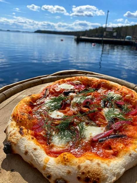 Pizzaa kauniissa maisemissa.