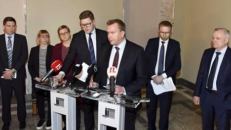 Eduskuntaryhmät sopivat 15. tammikuuta yhteisistä toimista Oulun ja Helsingin seksuaalirikosepäilyjä käsitelleen kokouksen jälkeen. Uusintahakemuksia koskevasta lakiesityksestä ei löytynyt yksimielisyyttä.