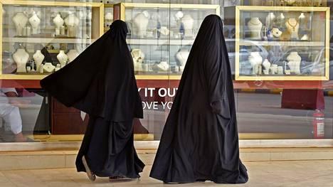 Naisia ostoskadulla Riadissa.