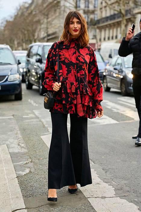Niin tyylikästä! Kukkakuosi yhdistyy loistavasti hetken trendiin, leveälahkeisiin housuihin.