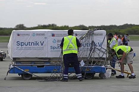 Sputnik V -rokotteita on toimitettu useisiin maihin. Kuvassa rokotelasti saapuu Buenos Airesiin Argentiinaan.