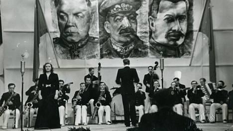 Helsingin messuhalli oli helmikuussa 1945 koristeltu neuvostojohtajien kuvin.