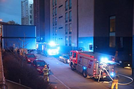 Palaneessa asunossa asunut henkilö kuljetettiin jatkotutkimuksiin sairaalaan.