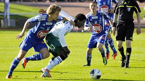 IFK Mariehamnin Ekhiabi Okodugha (kesk.) paljasti lahjusyrityksen.
