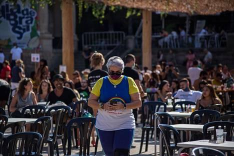 Ihmisiä terasseilla Barcelonassa 6. syyskuuta.