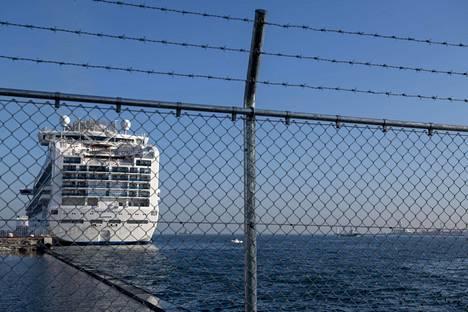 Yokohaman sataman laituri on eristetty ulkopuolisilta.