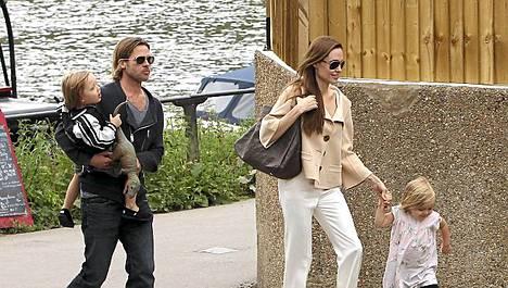 Angelina ja Brad lapsineen liikkuivat muuten rennosti ulkona Lontoossa, mutta eivät halunneet junamatkalleen muita ihmisiä.