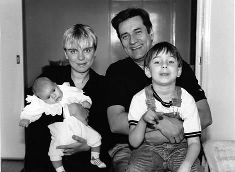 Pekka Laiho poseeraa kuvassa silloisen Mette-vaimonsa kanssa. Vuonna 1991 otetussa kuvassa ovat myös parin lapset Miro ja Marius.
