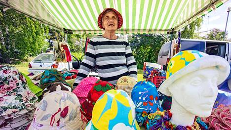 Ikaalisten kylämarkkinoista suurimmat ovat Huopion markkinat Luhalahdessa. Retrodesignia tarjoaa Tuula Vainonpää, joka tekee 60-luvun kukkahattuja.