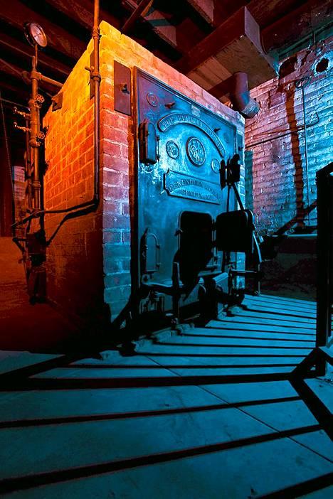 Winchesterin talon pannuhuone Halloween-valaistuksessa.