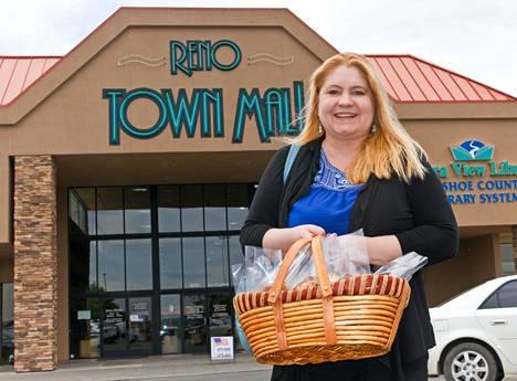 Pia Laine pyörittää My Scandinavia -kauppaansa Reno Town Mall -ostoskeskuksessa.