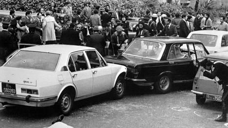 Maaliskuussa 1978 Roomassa otetussa arkistokuvassa ihmisiä on kokoontuneena paikalle, josta entinen pääministeri Aldo Moro oli hetkeä aiemmin siepattu.