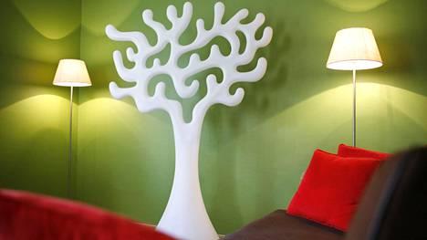 Martelan valmistama Eero Aarnion valkoinen, puuta muistuttava tilanjakaja vuonna 2008.