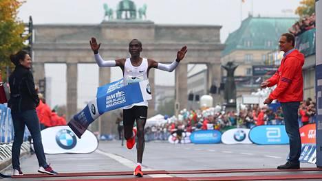 Kenian Eliud Kipchoge tuuletti maalissa Berliinin maratonin voittoa.