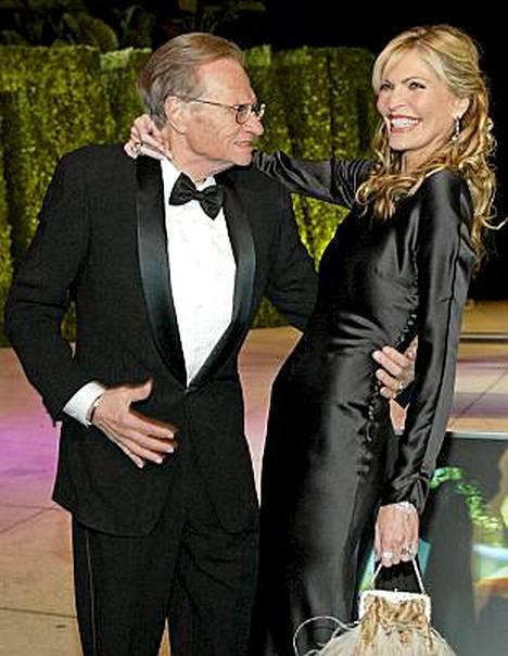 Larry King poseerasi vaimonsa Shawn Southwickin kanssa vuonna 2004.