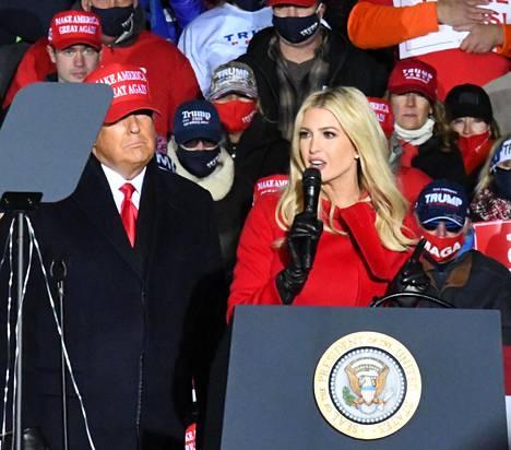 Ivanka Trumpin, 39, tiedetään olevan isänsä silmäterä. Hän on joutunut jarruttelemaan isänsä liikkeitä viimeaikoina.